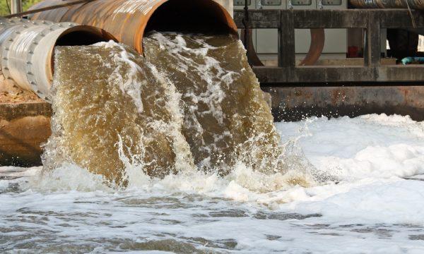 Nước thải công nghiệp mang crôm vào nguồn nước